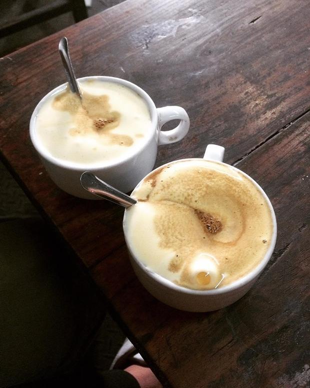 Những buổi sáng mùa đông sương giăng, được ngồi trên Đinh ngắm hồ Hoàn Kiếm lao xao gió và thưởng thức một cốc cafe trứng hay ca cao trứng sẽ ấm áp vô cùng. Ảnh: @hoangdinh