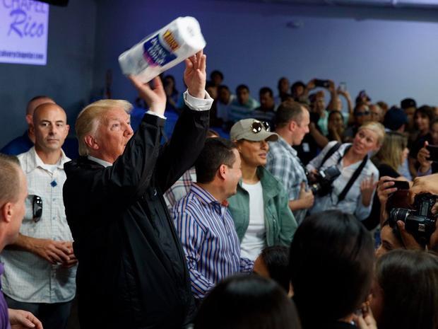 Tổng thống Trump nói ông tung khăn giấy về phía đám đông sau khi được yêu cầu làm vậy.