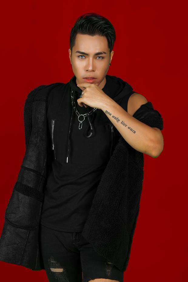 Còn với anh chàng Phạm Chí Huy, sinh năm 1991 từng gây ấn tượng với ca khúc Mưa phi trường tại vòng Giấu mặt. Anh chàng được Noo Phước Thịnh thích thú bởi giọng hát và sự phong trần còn Tóc Tiên đánh giá cao tư duy âm nhạc.