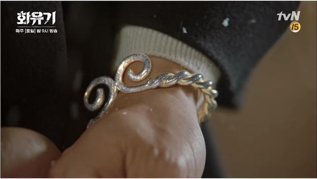 Vòng kim cô bám khá sát nguyên tác trong Tây Du Kí nhưng hơi cách điệu phần xoắn ốc như hình ảnh biểu tượng cho sự ràng buộc trong tình yêu.