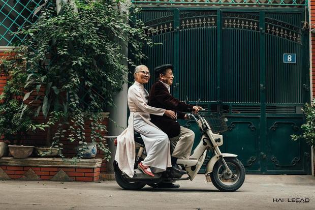 Mặc dù ở tuổi xế chiều nhưng hai vợ chồng vẫn dành cho nhau sự quan tâm, chăm sóc ân cần.