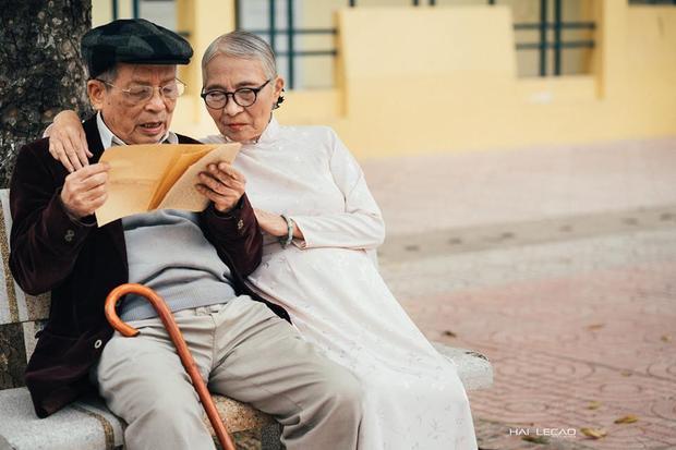 Điều kỳ diệu của tình yêu là nó khiến 2 con người xa lạ, đến với nhau rồi cùng nắm tay chung sống trọn đời.