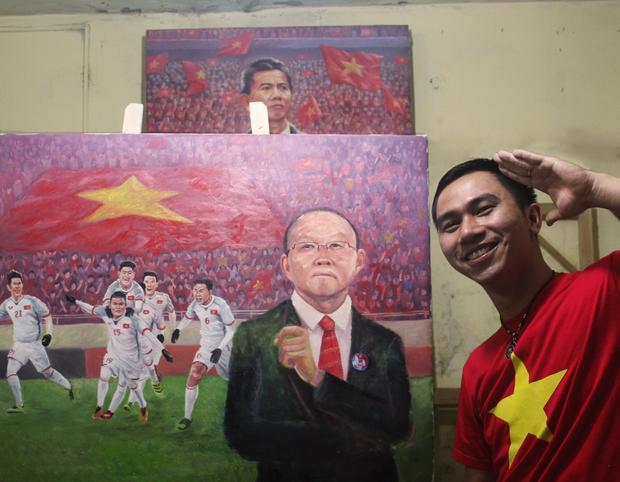 Họa sĩ An Thắng và bức tranh vẽ HLV Park Hang Seo cùng đội tuyển U23 Việt Nam.