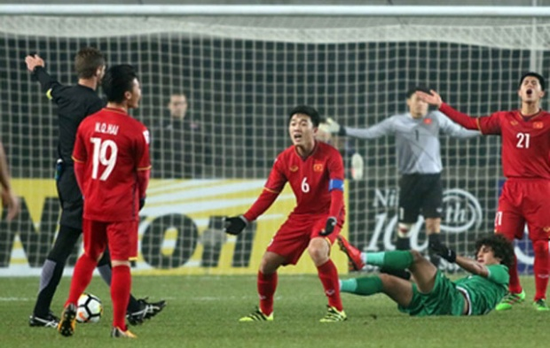 Các cầu thủ U23 Việt Nam phản ứng lại quyết định của trọng tài Chris Beath.