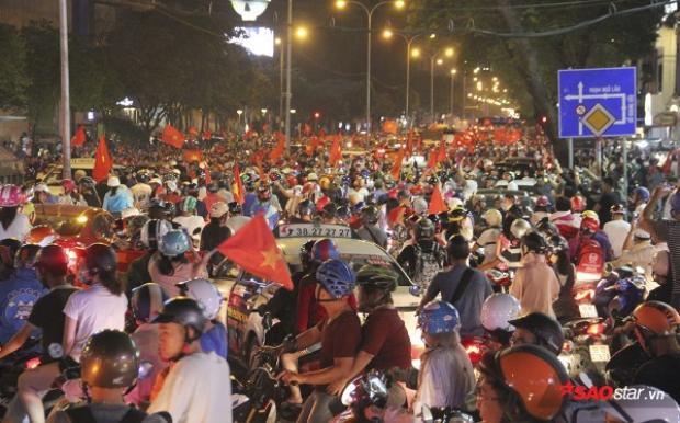 NHM Việt Nam đổ xô ra đường mừng chiến tích lịch sử của các chàng trai áo đỏ.