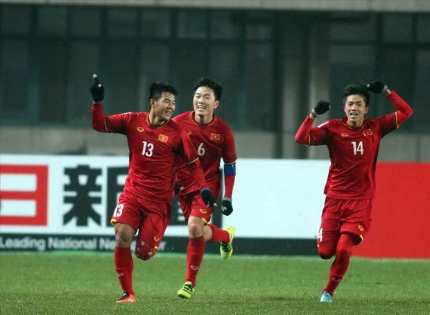Khoảnh khắc Phan Văn Đức (số 14) ăn mừng bàn thắng cùng các đồng đội trong trận đấu gặp U23 Iraq.