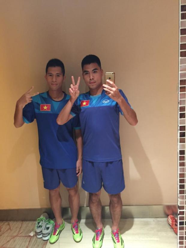 Phạm Đức Huy selfie cùng đồng đội bằng một chiếc iPhone.
