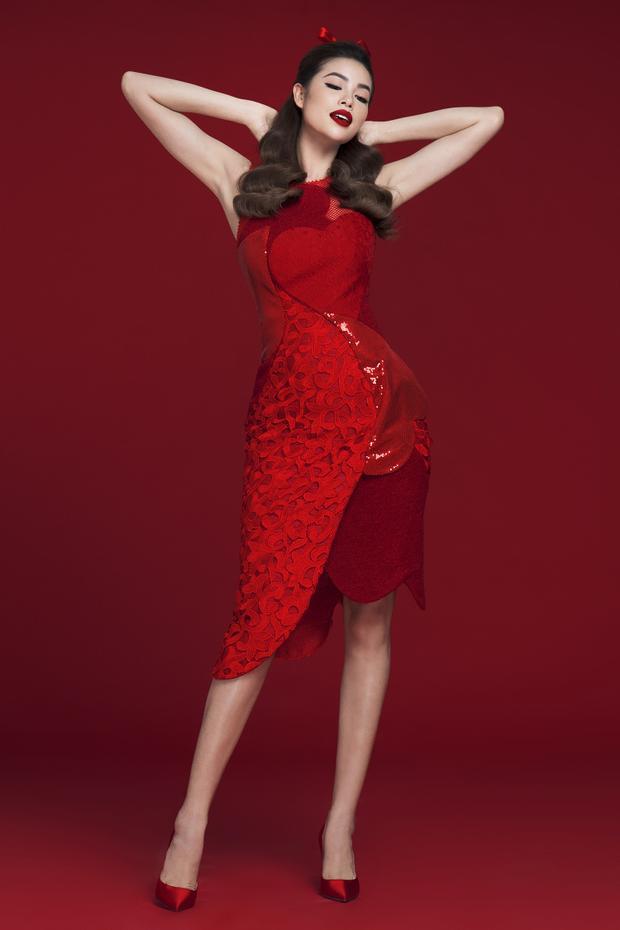 Sự quyến rũ trong trang phục được thể hiện rất chừng mực thông qua chi tiết xẻ vai hay những đường cắt cúp táo bạo tạo nên dáng váy cocktail từ những hoạ tiết trái tim với kích cỡ to, nhỏ đa dạng.