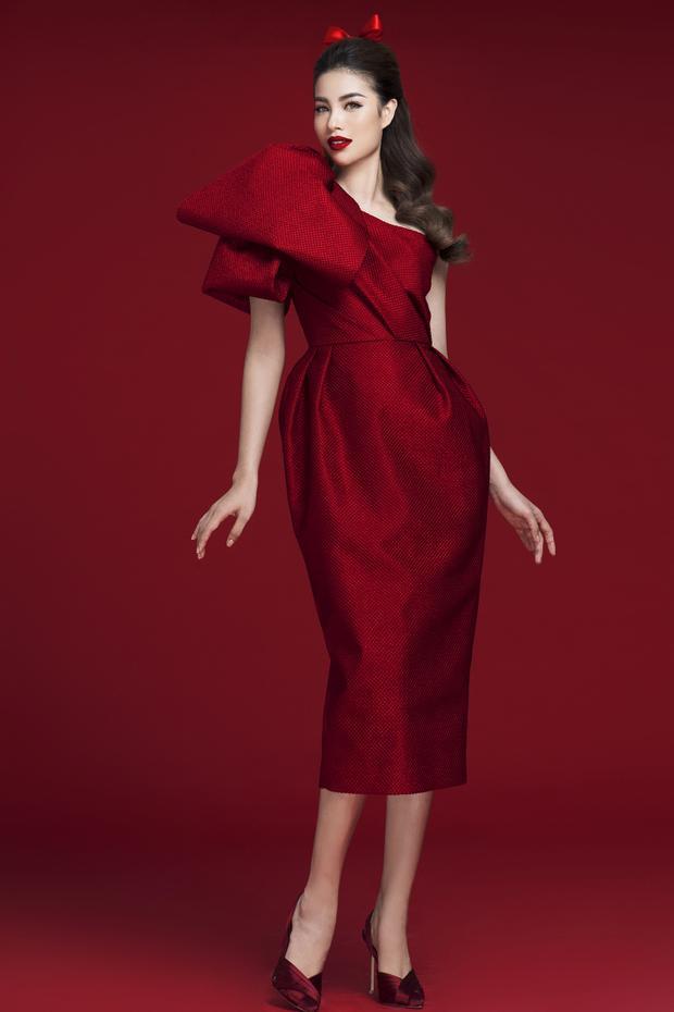 Sắc đỏ rượu nồng nàn của phom váy cocktail với hoạ tiết nơ to bản được Phạm Hương kết hợp đồng điệu màu sắc cùng giày cao mũi nhọn.