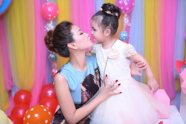 Maya không nhận show, dành cả tháng chuẩn bị sinh nhật có 1-0-2 cho con gái cưng
