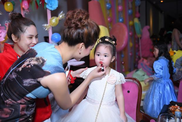 Nhóc tì được mẹ lựa trang phục như 1 cô công chúa nhỏ.