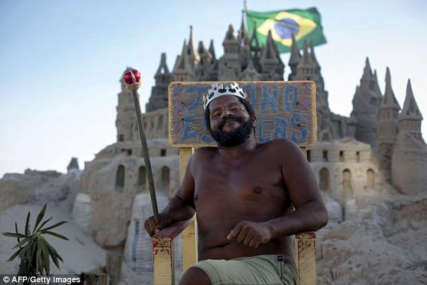 """Ở đất nước Brazil thế kỷ 21, có một vị """"vua"""" cai quản lãnh thổ riêng tại vùng Rio de Janeiro. Ông là Marcio Mizael Matolias, 44 tuổi. Trong suốt 22 năm, người đàn ông đã sống trong một lâu đài cát trên bãi biển, tận hưởng cuộc sống khác thường với thế giới xung quanh."""