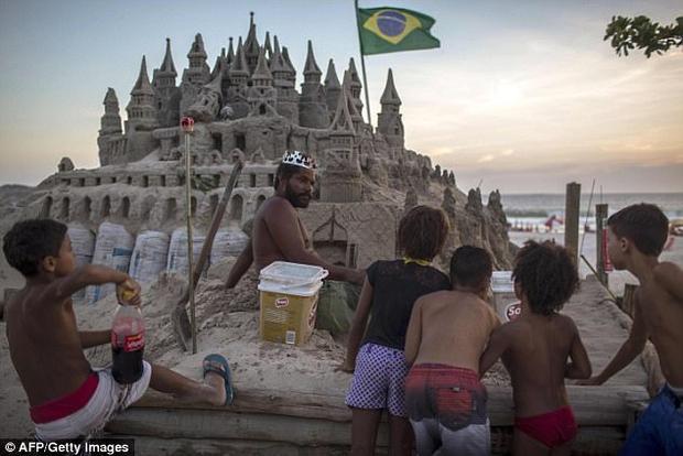 Nghe có vẻ gì đó vương giả và quyền quý, nhưng nguyên nhân xây dựng lâu đài này là do ông… quá nghèo.
