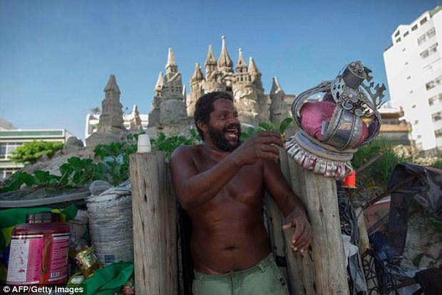 """""""Tôi lớn lên ở vịnh Guanabara (gần Rio) và luôn sống trên bãi biển. Vì tiền thuê nhà để sống gần biển quá đắt và khó có khả năng chi trả nên tôi quyết định xây dựng lên lâu đài này. Tuy nhiên, cuộc sống khiến tôi cảm thấy thoải mái và thực sự hài lòng"""", ông nói."""