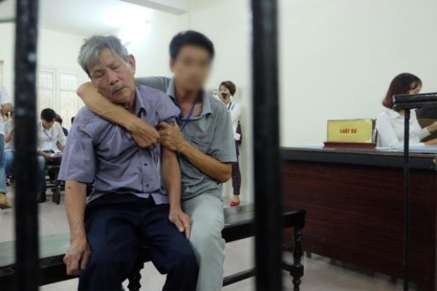 Bị cáo Nguyễn Danh Vĩnh tỏ ra mệt mỏi trong phiên tòa sơ thẩm.