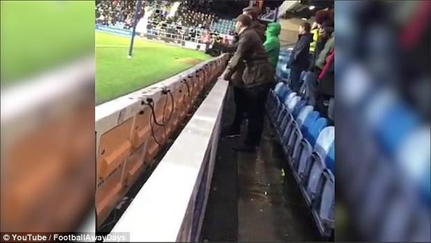 Người đàn ông ném chai nước đựng nước tiểu về phía sân bóng.