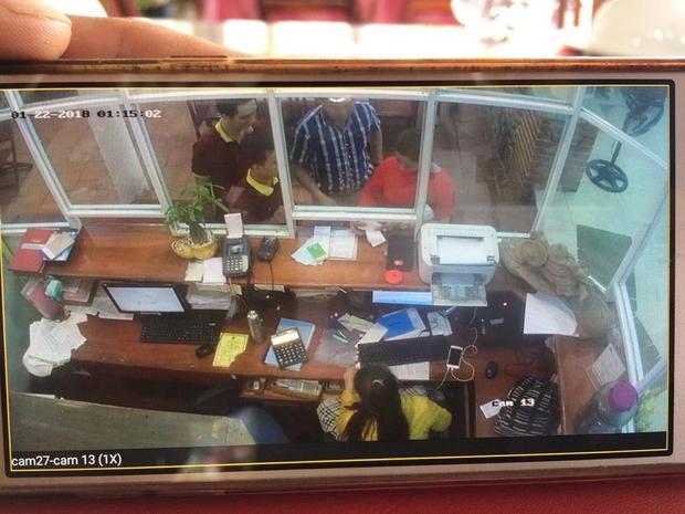 Camera của quán ghi lại cảnh lúc tính tiền với đoàn khách.