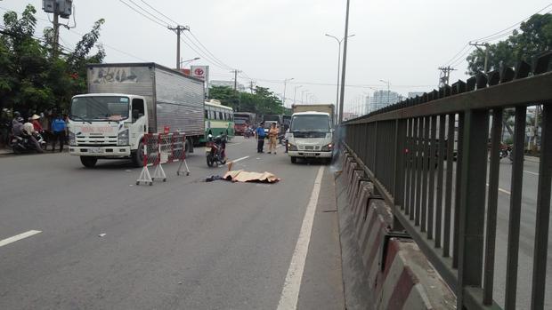 Công an phong tỏa hiện trường điều tra nguyên nhân vụ tai nạn.