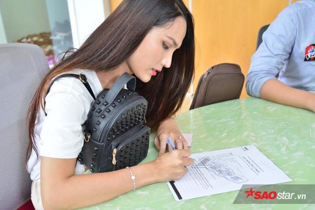 Cận cảnh gương mặt thí sinh chuyển giới Hoài Sa tham gia casting The Voice 2018.Được biết, Hoài Sa từng tham gia The Voice 2013 lọt vào vòngGiấu mặtvà top 43 Vietnam Idol 2015với tên thật Bùi Hải Sơn. Cô từng đoạt danh hiệu Hoa hậu chuyển giới đầu tiên của Việt Nam tại Miss Beauty 2015.