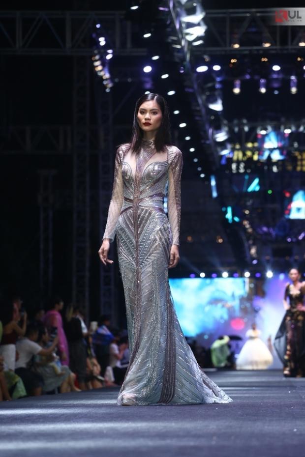 """Nhưng vì vẫn theo hướng """"high-fashion"""" nên thân hình của Kim Dung thiếu thốn đường cong hơn hẳn Hoàng Thùy và diễn viên Thanh Mai."""