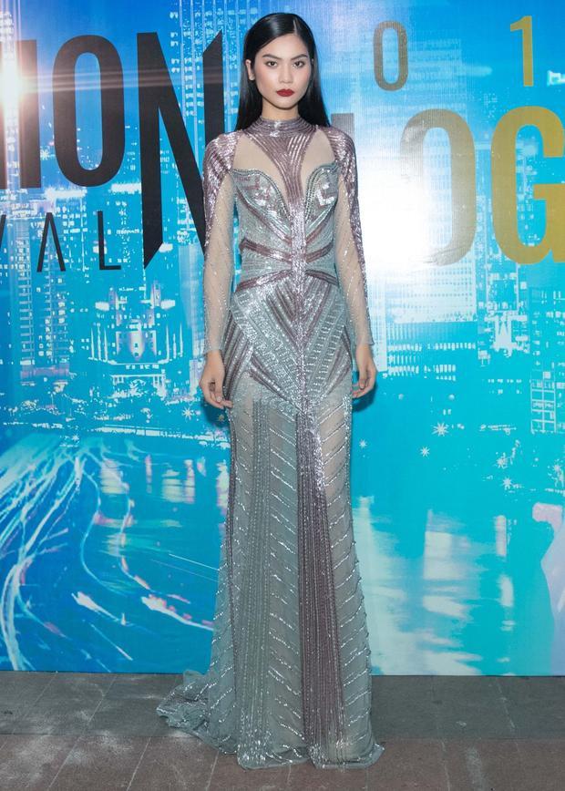 Cũng chiếc đầm của NTK Hoàng Hải, nhưng khi diện lên đương kim Quán quân VN Next Top Model Kim Dung thì trông khá khác lạ.Xét về nhan sắc, ở Kim Dung có nét sắc sảo cuốn hút.