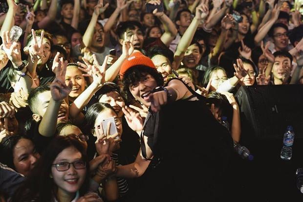 Tiên Tiên hạnh phúc trong vòng tay người hâm mộ.