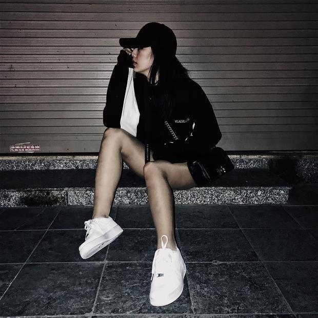 Nếu không nói thì ít ai nhận ra đây là Á Hậu Tú Anh dịu dàng đằm thắm trên thảm đỏ. Chân dài diện một cây thời trang đen với điểm nhấn là đôi sneakers full trắng. Hình ảnh siêu ngầu này chứng tỏ Tú Anh dù là một Á Hậu của công chúng nhưng cô nàng vẫn là một cô gái trẻ năng động và thoải mái.