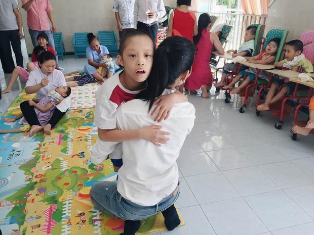 Á hậu Hoàn vũ Việt Nam 2017 dành tình thương lớn dành cho những em bé mất nhận thức, chỉ có thể cười tươi với cuộc sống của mình.