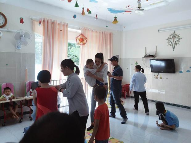 Ngoài quà bánh, người đẹp dành nhiều thời gian thăm hỏi, chơi đùa cùng các bé.