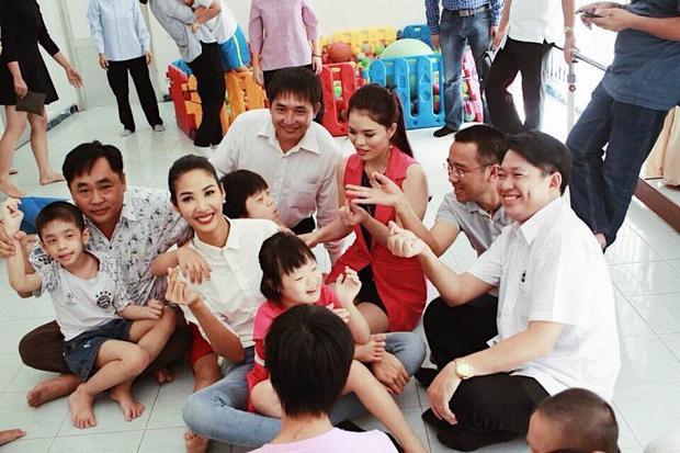 Hoàng Thùy vừa có chuyến đi từ thiện đến thăm trẻ em khuyết tật tại mái ấm Thiên Phúc, Củ Chi.