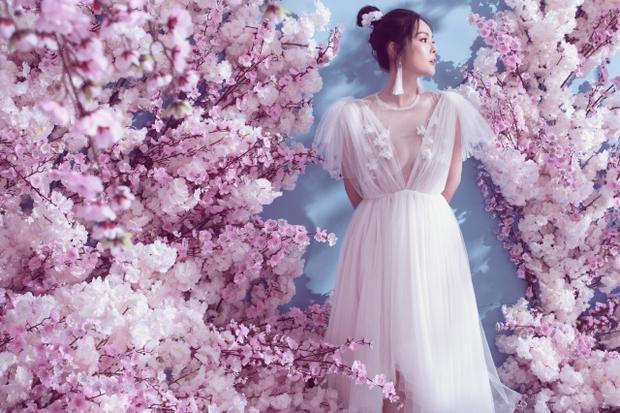 Kết hợp cùng phong cách trang điểm nhẹ nhàng, ngọt ngào, nữ diễn viên khoe nhan sắc không tuổi.