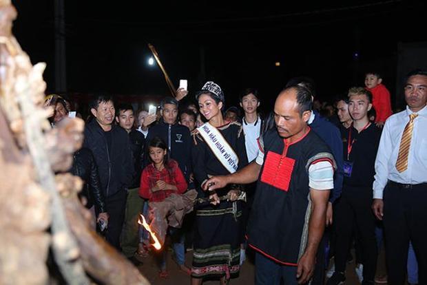 HHen Niê đi dép lê, nắm tay bà con quê nhà Đắk Lắk nhảy múa bên lửa trại