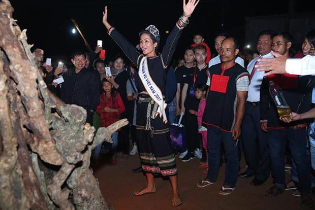Tân Hoa hậu nhảy múa hết sức vui vẻ, nhiệt tình cùng mọi người.