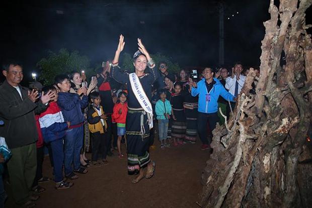 Những bước nhảy của H'Hen Niê được cổ vũ nhiệt tình.