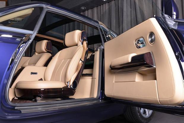 Nội thất bên trong xe gồm các loại gỗ quý Macassar Ebony và Paldao, phần da bọc sử dụng loại cao cấp Moccassin và Dark Spice.