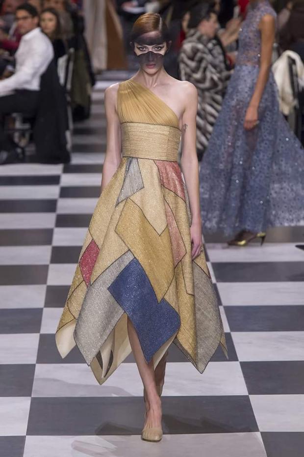 Lấy cảm hứng từ những ô màu lập thể, nữ giám đốc sáng tạo người Ý đã tạo nên những thiết kế hội tụ cả nét mạnh mẽ trong các hình khối, lẫn sự mềm mại, nữ tính của các chất liệu.