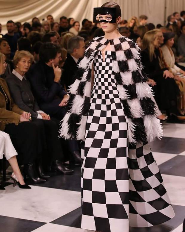 Họa tiết ca-rô trắng đen được thương hiệu Dior tích cực lăng-xê trong mùa này, không chỉ trên trang phục mà cả sàn diễn cũng được làm theo họa tiết này.