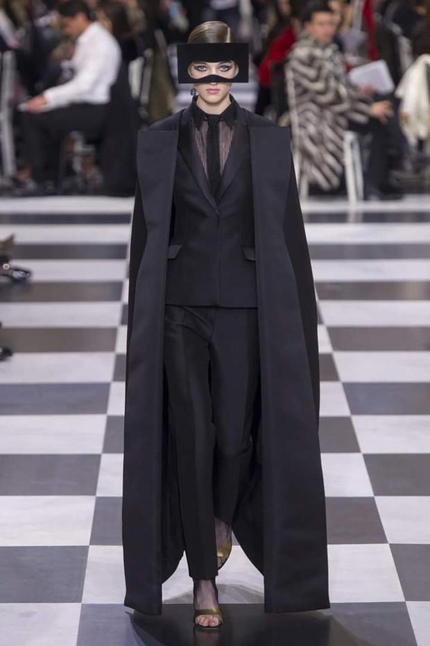 Bên cạnh các thiết kế váy dài nữ tính, BST cũng có những chiếc áo măng tô dáng dài, được diện theo cả cây all-blacks, đem đến nét thanh lịch, ấn tượng.