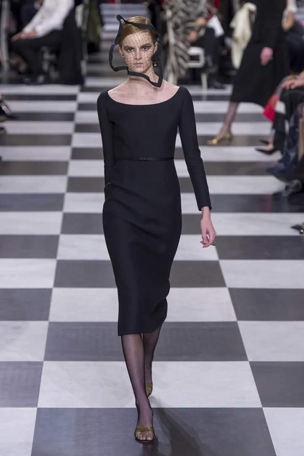 """Một chiếc váy """"little black dress"""" kinh điển, được phối cùng phụ kiện mạng che mặt lạ mắt."""