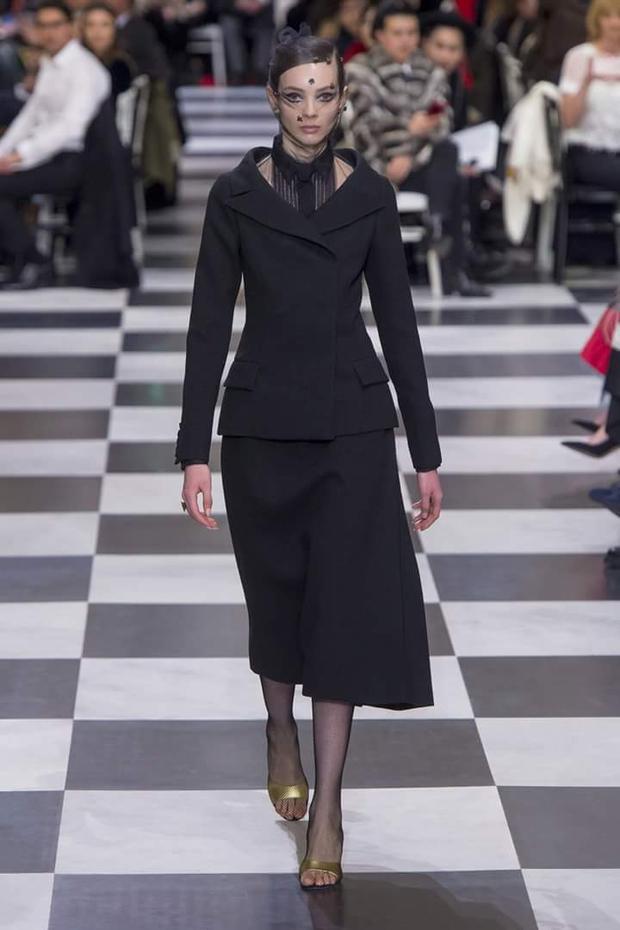 """Thiết kế chít eo """"new look"""" đặc trưng của Dior được cải tiến lại, hợp với xu thế hiện nay."""