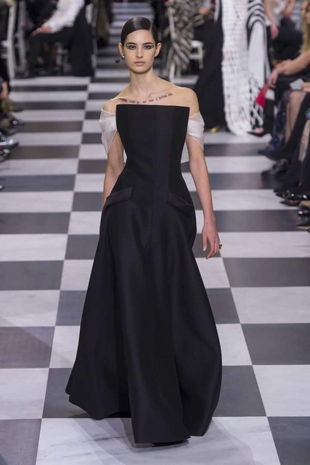 Chỉ với 2 tông màu đen, trắng cơ bản, Maria Grazia Chiuri đã đem đến những tác phẩm thể hiện nét tinh tế, nữ tính cho người mặc.
