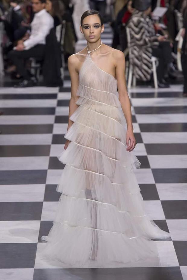 Hay chiếc váy lệch vai được xử lí dập li bằng chất vải voan mỏng tang. Sự giống nhau giữa 2 thương hiệu này được nhiều người giải thích rằng, do trước đó, Maria Grazia Chiuri đã từng có thời gian dài làm việc với cương vị giám đốc sáng tạo của Valentino, nên điều đó cũng đã ảnh hưởng đến sự sáng tạo của Maria ít nhiều.