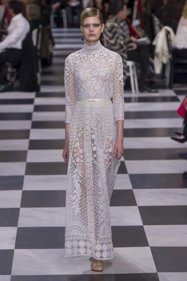 Song, nhiều ý kiến cho rắng BST còn có những thiết kế mang hơi hướng Valentino. Đơn cử như chiếc váy ren dài này.