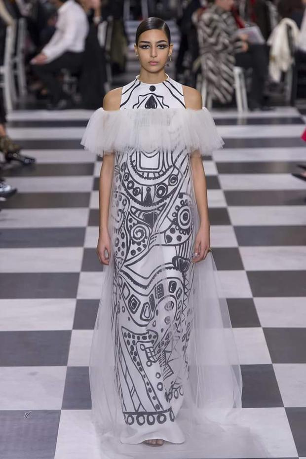Họa tiết vẽ tay nguệch ngoạc cũng đang được nhiều thương hiệu yêu thích. Trước Dior, Dolce &Gabbana cũng sử dụng loại họa tiết này cho các thiết kế giày sneaker của mình.