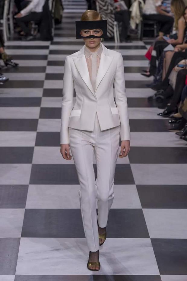 Không chỉ có các bộ váy lộng lẫy, các thiết kế vest thanh lịch cũng xuất hiện trong BST lần này.
