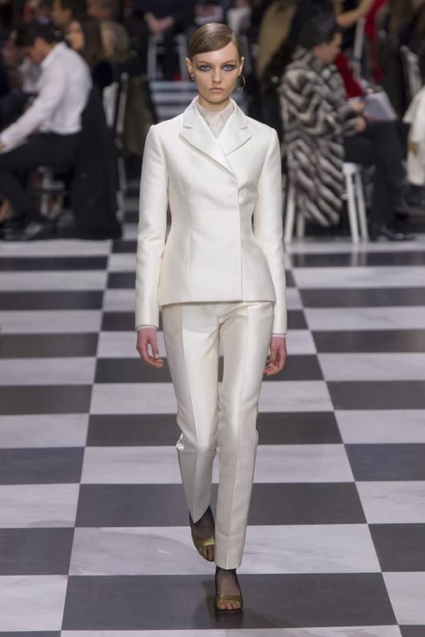 Chất liệu taffta có độ bóng nhẹ cùng thiết kế vest peplum đem đến sự sang trọng, tinh tế.