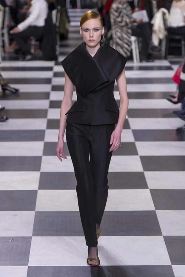 Một thiết kế vest có phần cổ cách điệu ấn tượng.