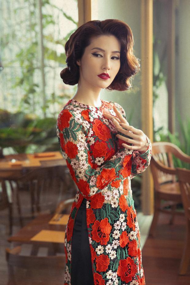 Bên cạnh các mẫu thiết kế in ấn, BST còn có những tà áo dài với chất liệu ren dệt màu sắc.