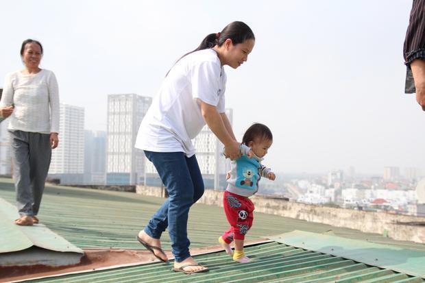 Chị Lan cho biết, dù nguy hiểm nhưng hiện chị không thể leo từ tầng 9 bằng thang bộ xuống đất.