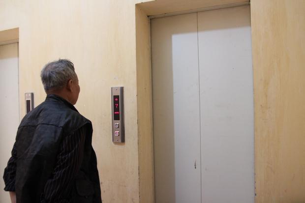 Duy nhất một thang máy còn hoạt động phục vụ người dân.